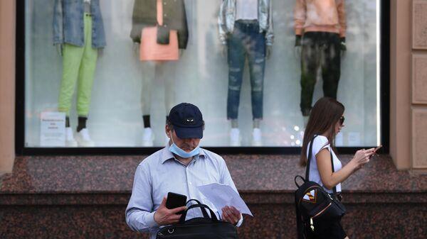 Прохожие у магазина  H&M на Пушкинской площади в Москве