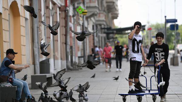Люди на улице у станции метро Тверская в Москве