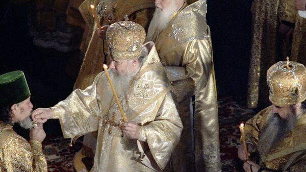 Патриарх Московский и Всея Руси Алексий II (в центре) во время интронизации в Кафедральном Богоявленском Соборе в Москве