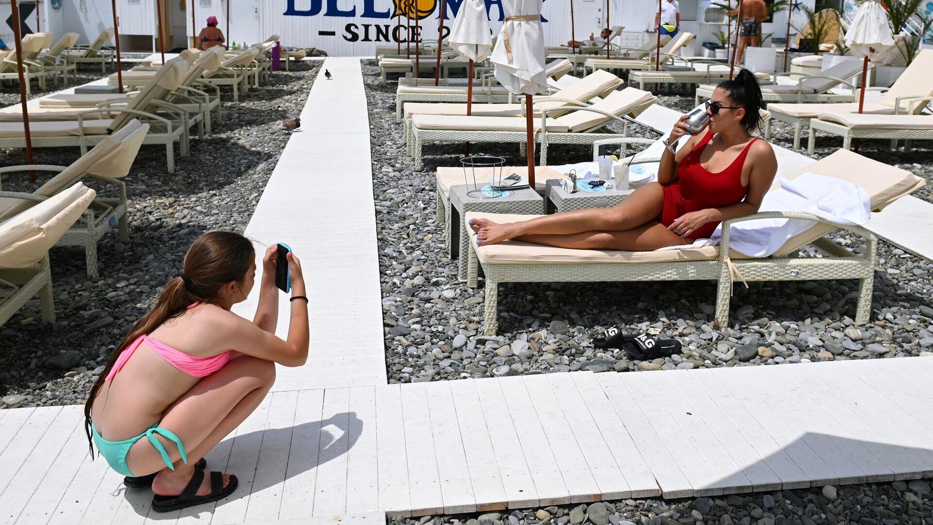 Отдыхающие на пляже в Центральном районе города Сочи - РИА Новости, 1920, 05.05.2021