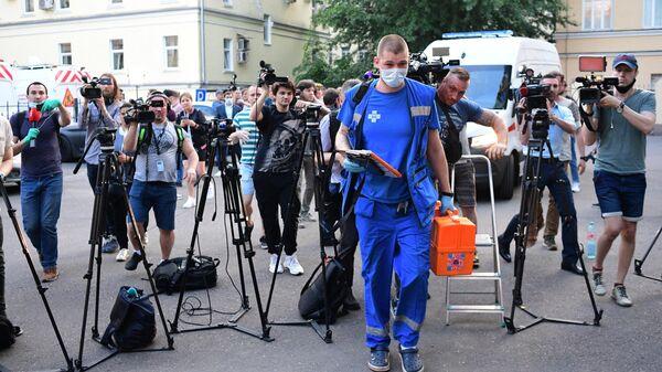 Медицинский работник и журналисты у Таганского суда Москвы, куда доставили актёра Михаила Ефремова для избрания ему меры пресечения