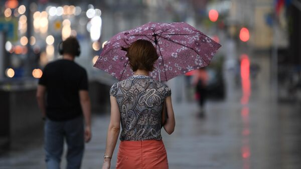 Девушка на одной из улиц в Москве во время дождя