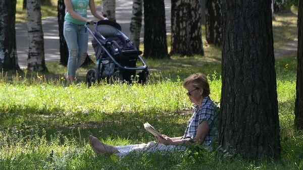 Горожане отдыхают в Парке 50-летия Октября