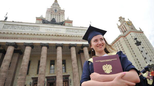 Выпускница университета после церемонии вручения дипломов с отличием у Главного здания МГУ имени М.В.Ломоносова