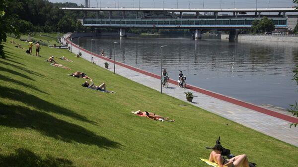 Люди отдыхают на Воробьевской набережной в Москве