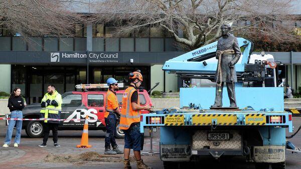 Демонтаж статуи капитана Джона Гамильтона в городе Гамильтон, Новая Зеландия