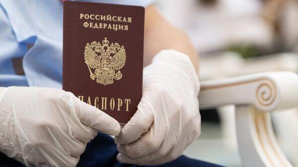 Торжественное вручение паспортов 14-летним жителям Сахалинской области в День России