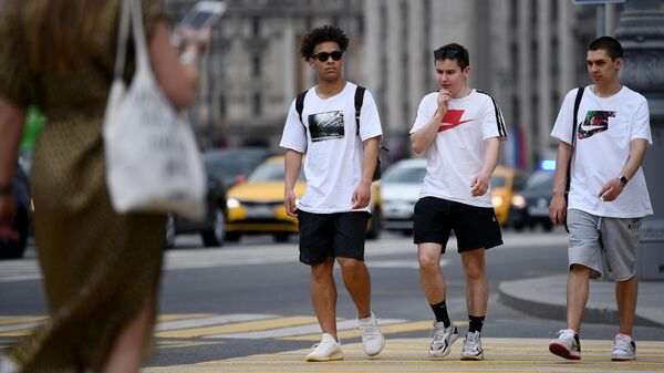 Молодые люди на пешеходном переходе на Театральной площади в Москве