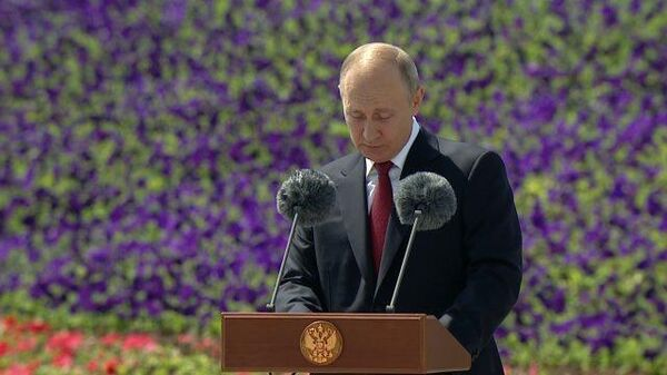 Путин поздравил с почетным званием Героев Труда в День России