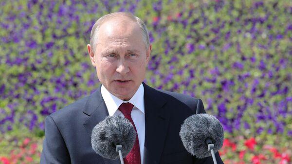 Президент РФ Владимир Путин выступает на церемонии вручения золотых звезд Героям Труда на Поклонной горе
