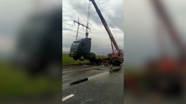 МЧС помогает водителям поднять перевернутые ветром автомобили на Ставрополье