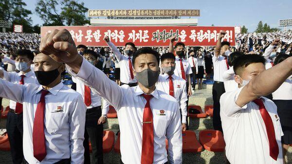 Митинг студентов в Пхеньяне против листовок, выпущенных перебежчиками в Южной Корее, осуждающих режим Ким Чен Ына