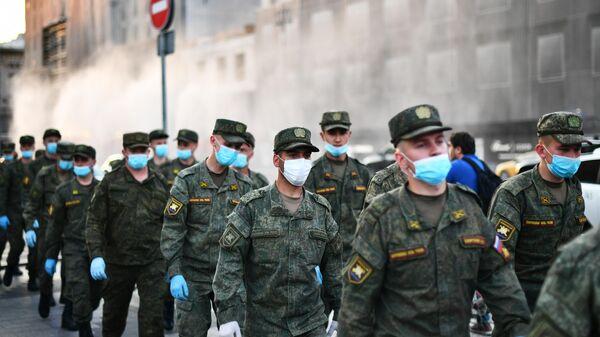 Военнослужащие на Тверской улице перед репетицией парада на Красной площади