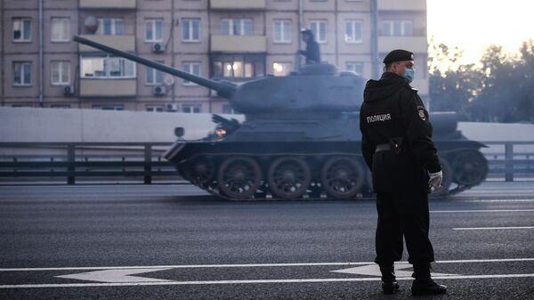 Сотрудник полиции на улице Мневники во время движения военной техники, которая примет участие в параде Победы на Красной площади 24 июня.