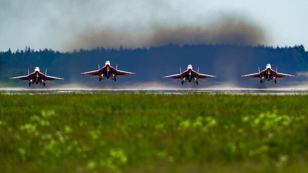 Истребители Су-30СМ пилотажной группы Русские витязи во время репетиции воздушной части парада в честь 75-летия Победы в Великой Отечественной войне в Кубинке