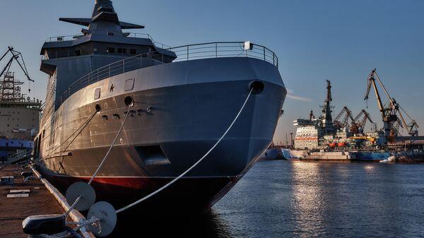 Патрульный корабль ледового класса Иван Папанин проекта 23550 Арктика у причала кораблестроительного завода Адмиралтейские верфи