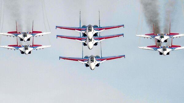 Истребители МиГ-29 и Су-30СМ пилотажных групп Русские витязи и Стрижи во время репетиции воздушной части парада в честь 75-летия Победы