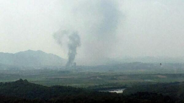 Дым над промышленным комплексом в городе Кэсон, КНДР