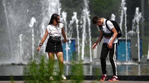 Отдыхающие в Парке Горького в Москве