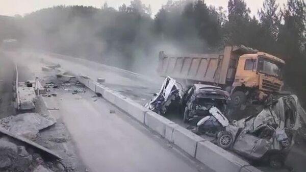 Грузовик протаранил несколько машин на трассе в Челябинской области. Кадры ДТП