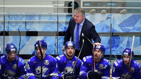 Юрий Михайлис (в центре на втором плане) и хоккеисты Барыса