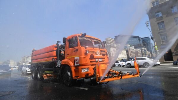 Аэрация воздуха и охлаждение дорожного покрытия в связи с жаркой погодой в Москве