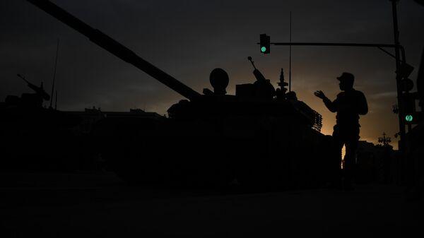 Танк Т-90М Прорыв-3 на Тверской улице перед началом ночной репетиции парада в честь 75-летия Победы в Великой Отечественной войне в Москве