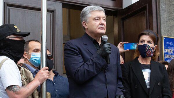 Экс-президент Украины, депутат Верховной рады Украины Петр Порошенко выступает у здания Печорского районного суда на акции своих сторонников в Киеве
