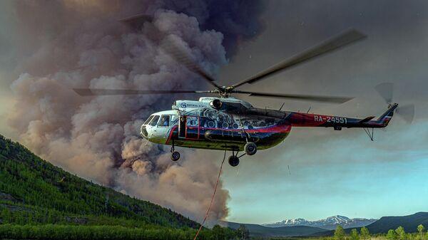 Вертолет Ми-8Т принимает участие в тушении лесного пожара в районе поселка Эссо Быстринского района Камчатского края