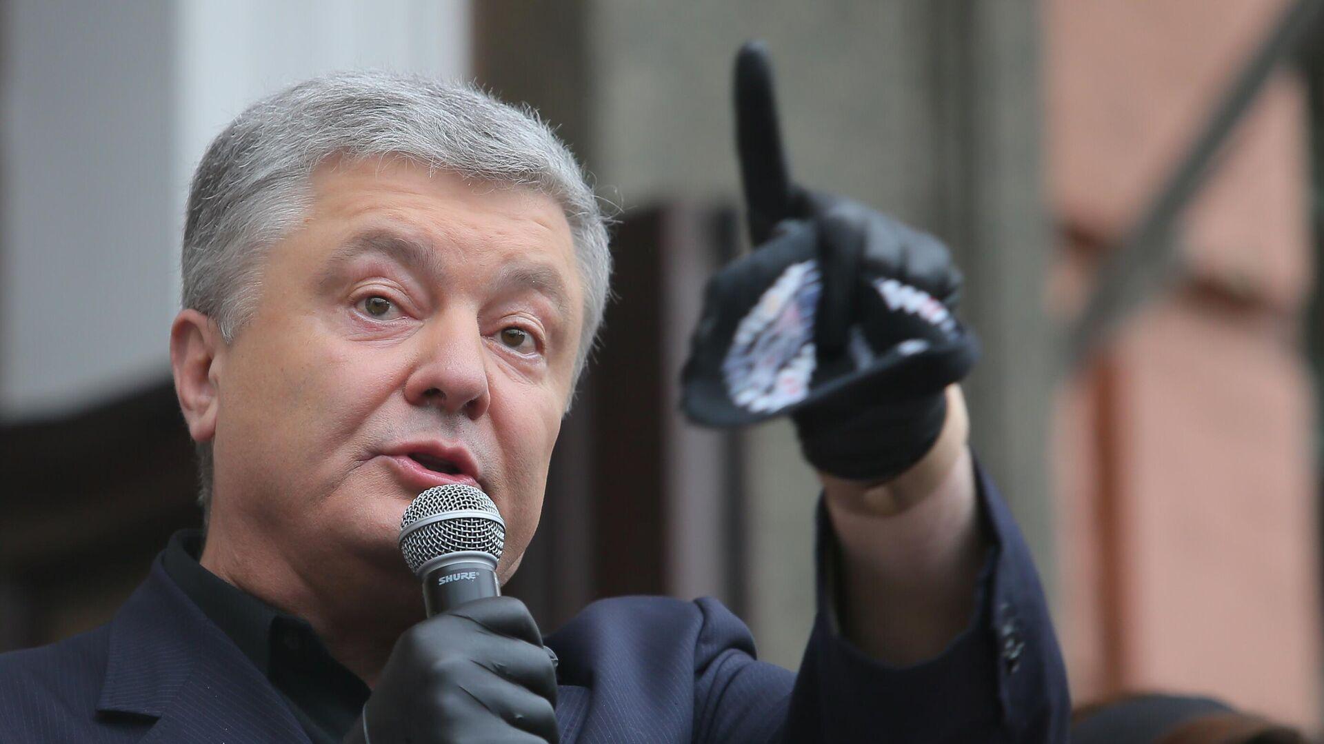 Петр Порошенко выступает у здания Печорского районного суда - РИА Новости, 1920, 04.10.2021