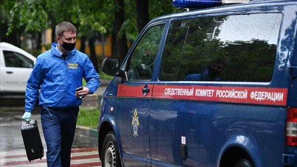 Криминалист у жилого дома на севере Москвы, где мужчина открыл стрельбу