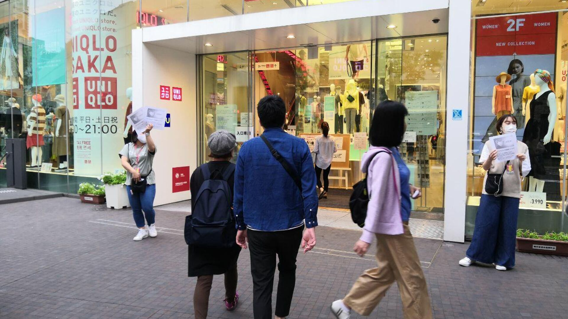 Старт продаж защитных тканевых масок в магазинах Uniqlo по всей Японии - РИА Новости, 1920, 16.01.2021