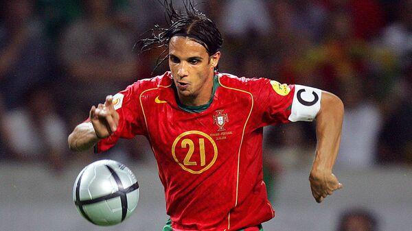 Нападающий сборной Португалии Нуну Гомеш во время матча ЕВРО-2004