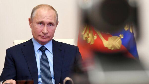 Президент РФ Владимир Путин во время встречи с медицинскими работниками в режиме видеоконференции