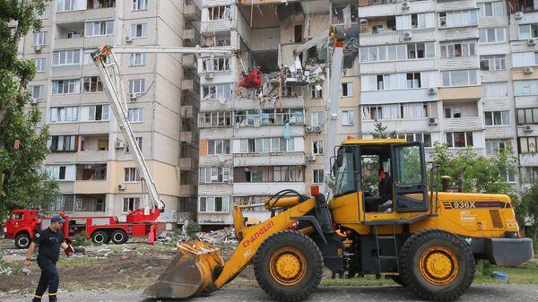 Сотрудники спасательной службы на месте взрыва бытового газа в жилом девятиэтажном доме в Киеве