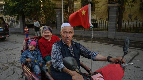 Жители городского уезда Аксу в Синьцзян-Уйгурском автономном районе КНР