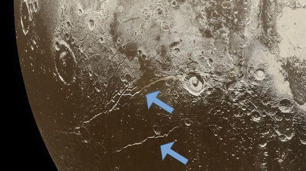 Разрывы на поверхности Плутона указывают на расширение ледяной коры карликовой планеты, связанное с замерзанием подземного океана
