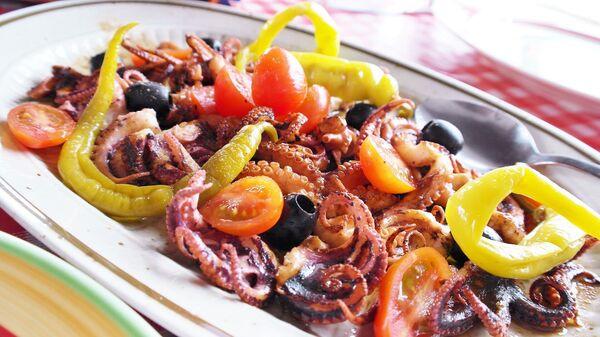 Свежий салат с осьминогом