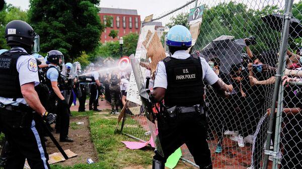 Полиция применяет слезоточивый газ к участникам акции протеста в Вашингтоне, США. 22 июня 2020