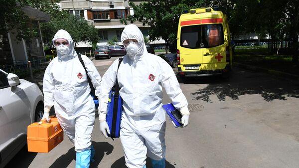 Фельдшеры скорой медицинской помощи во время выезда к пациенту с подозрением на коронавирус в Москве