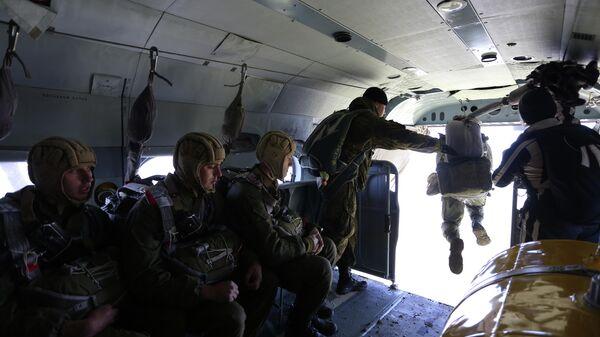 Военнослужащие соединения специального назначения  во время отработки десантирования из транспортно-боевых вертолетов Ми-8АМТШ Терминатор