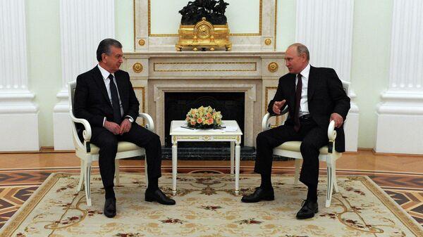Президент России Владимир Путин и президент Узбекистана Шавкат Мирзиеев во время встречи