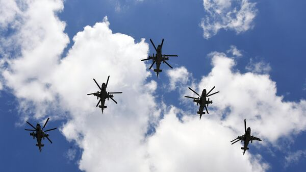 Ударные вертолеты Ми-35 во время воздушной части военного парада в ознаменование 75-летия Победы в Великой Отечественной войне 1941-1945 годов в Москве