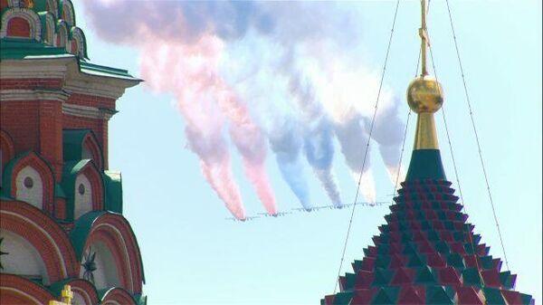 Самолеты  окрасили небо в цвета российского флага