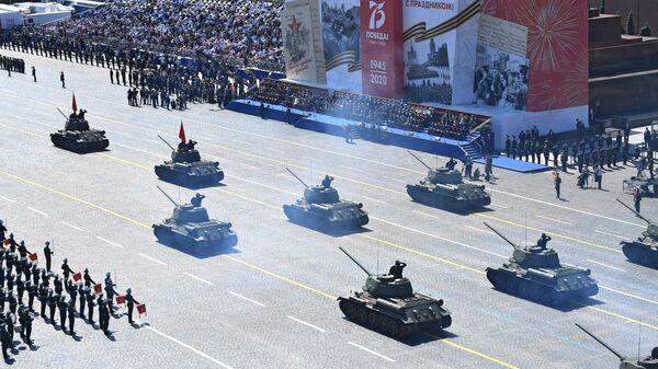 Танки Т-34-85 во время военного парада в ознаменование 75-летия Победы в Великой Отечественной войне 1941-1945 годов на Красной площади в Москве