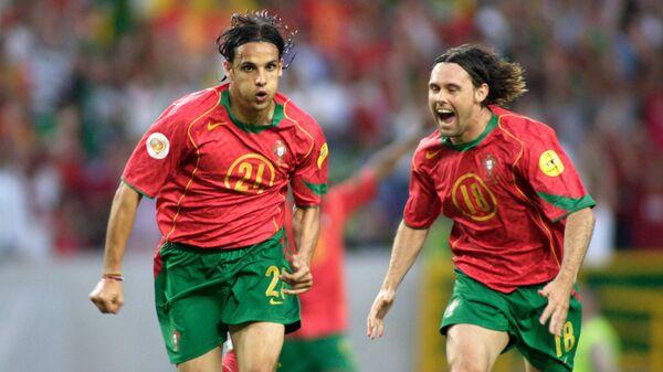 Португальцы Нуну Гомеш (слева) и Манише во время ЕВРО-2004