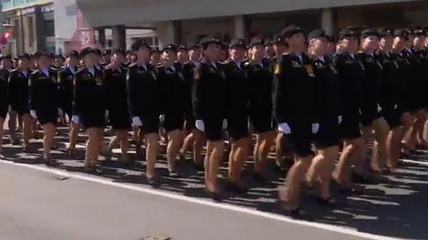 Участница парада в Калининграда потеряла туфлю и продолжила маршировать