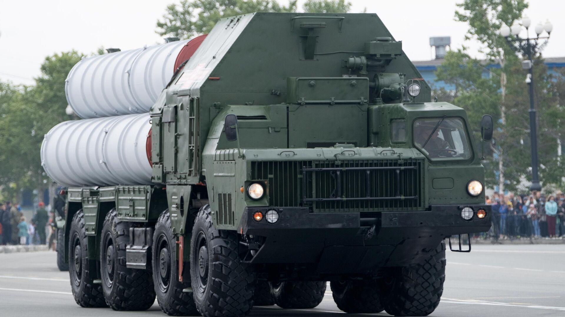 Зенитная ракетная система С-400 во время военного парада в ознаменование 75-летия Победы в Великой Отечественной войне 1941-1945 годов в Южно-Сахалинске - РИА Новости, 1920, 29.06.2021
