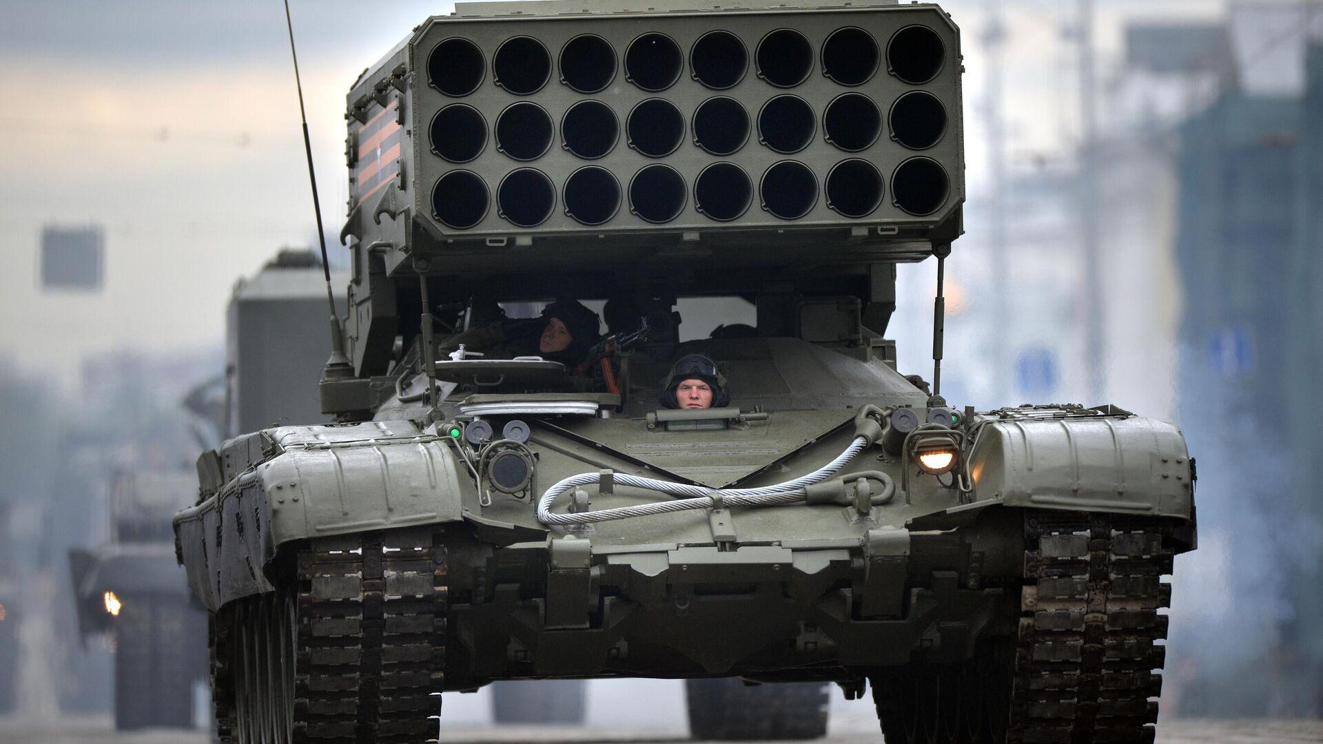 Тяжёлая огнемётная система залпового огня Буратино (ТОС -1А) на базе танка Т-72 во время военного парада в ознаменование 75-летия Победы в Великой Отечественной войне 1941-1945 годов - РИА Новости, 1920, 03.06.2021