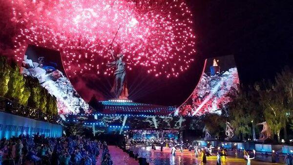 Праздничный концерт и салют на Мамаевом кургане в Волгограде